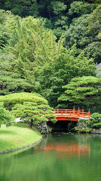 Rote Brücke im japanischen Garten von Aagje de Jong