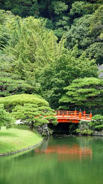 Red japanese bridge in Ritsurin Koen garden sur Aagje de Jong