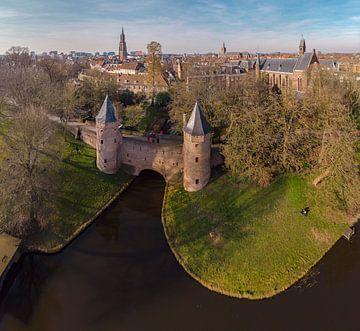 Porte d'eau appelée Monnikendam et le clocher de Notre-Dame, Amersfoort`` Pays-Bas sur Rene van der Meer
