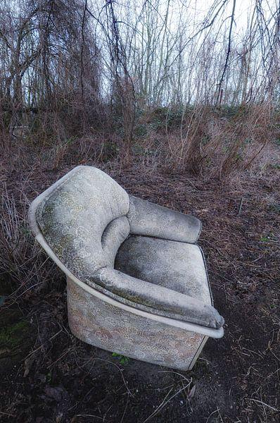 Oude stoel in Berlijns park. van Edward Boer