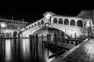 VENEDIG Rialtobrücke im Dunkeln schwarz-weiß