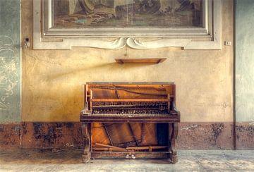 Verlaten Piano tegen Muur. van Roman Robroek