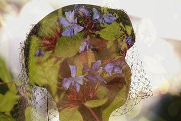 Poppenhoofd met blauwe bloemen van Cora Unk