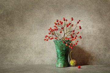 Stillleben Vase mit roten Beeren von Corinne Welp