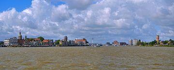Zicht op Dordrecht en Zwijndrecht (panorama) van Leo Huijzer