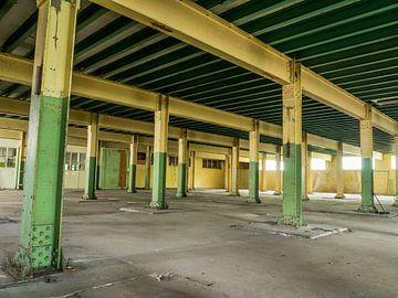 Salle avec piliers en acier