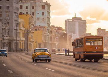 Oldtimer und Schulbus bei Sonnenuntergang in Havanna, Kuba von Teun Janssen