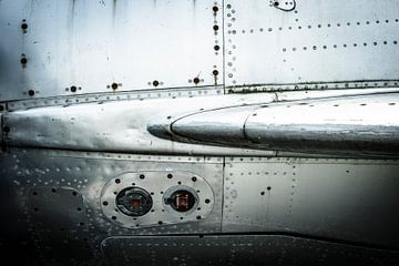Oude vintage vliegtuig close-up met klinknagels van