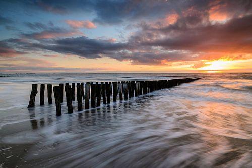 Breakwaters on the beach during sunset von Arnoud van de Weerd