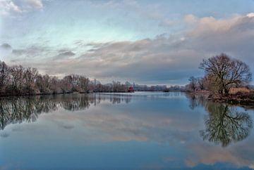 De lucht spiegelt zich in het water. van Jurjen Jan Snikkenburg