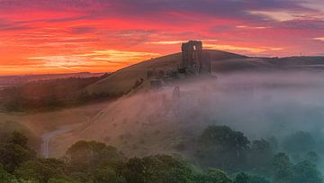 Sunrise Corfe Castle, Dorset, England. van
