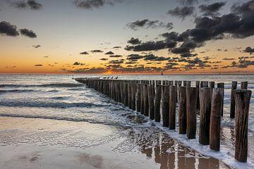 Sonnenuntergang Valkenisse Strand mit Wellenbrecher von Jan Poppe