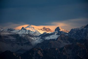 Berggipfel im letzten Licht des Tages von Emile Kaihatu