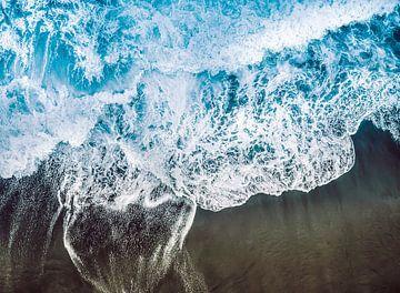 Branding van de blauwe zee op het zwarte vulkaanstrand van Roger VDB