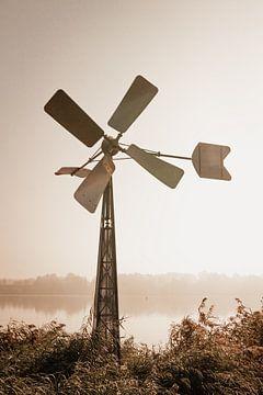 Windmühle an einem nebligen Herbstmorgen von Oog in Oog Fotografie