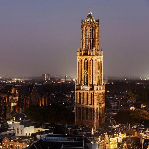 De Dom in de avond gezien vanaf de Neudeflat van De Utrechtse Grachten