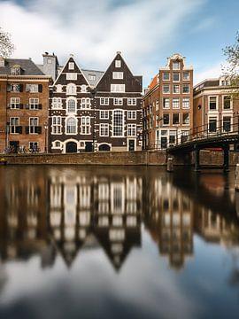 Gracht und alte Häuser in Amsterdam am Oudezijds Voorburgwal von Lorena Cirstea