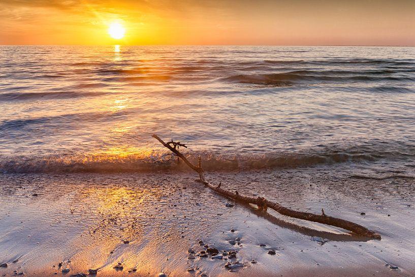 Sunset at Hove Strand beach in Denmark van Evert Jan Luchies