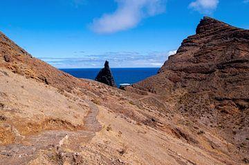 Wanderweg auf rot-braunen Felsen an der Ostseite von Madeira mit Meer und Himmel im Hintergrund von Hans-Heinrich Runge