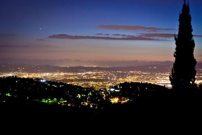 Florence in het avondlicht vanuit de bergen van Andy Van Tilborg