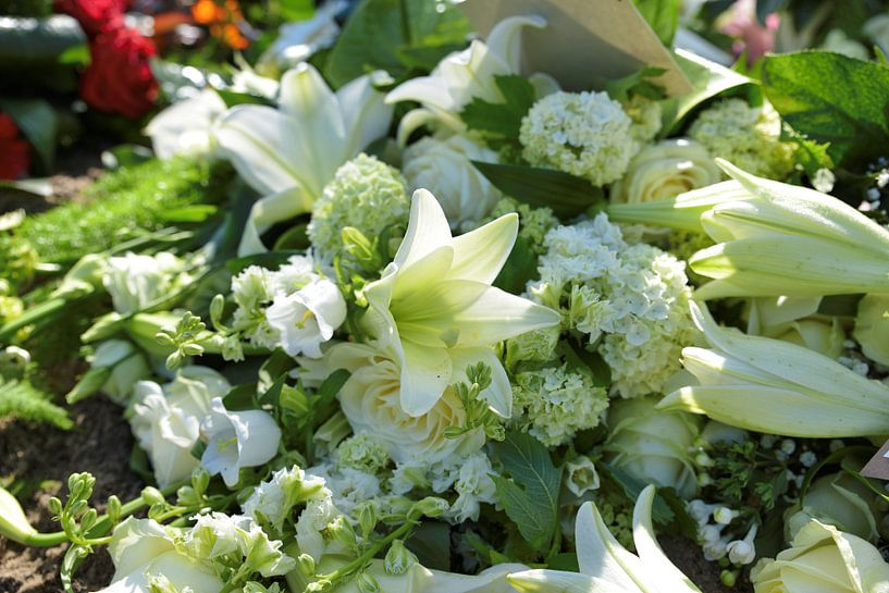 rouwstuk voor begrafenis met iris en lelie in wit van Compuinfoto .