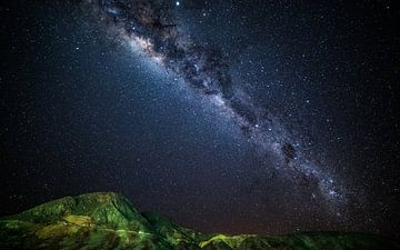 Galaxie über grünen Bergen von Lennart Verheuvel