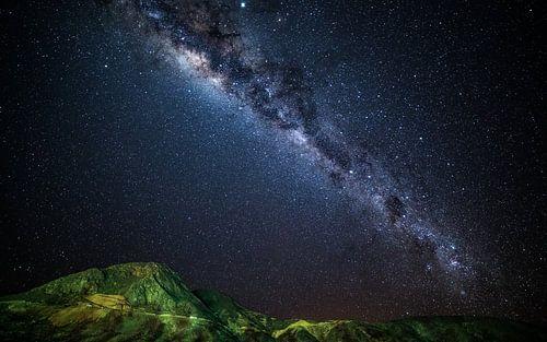 Melkweg over groene bergen