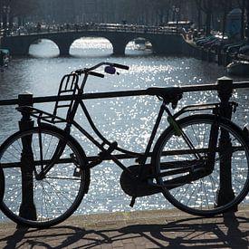 Fiets op de gracht in Amsterdam van Barbara Brolsma