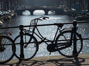 Fiets op de gracht in Amsterdam van