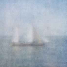Zeilboot in de mist op de Waddenzee van Greetje van Son