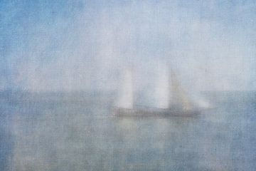 Zeilboot in de mist op de Waddenzee