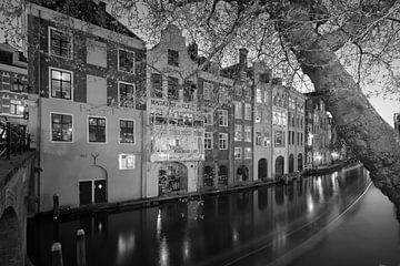 De Oudegracht en grachtenpanden gezien vanaf de Gaardbrug in Utrecht in het avondlicht (monochroom) van