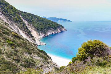 Landschaft mit Bergen und Meer an der griechischen Küste von