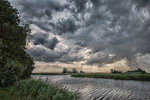 Aankomende regen boven Friesland van Wim Scholte