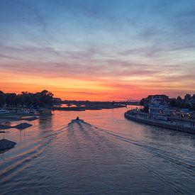Des bateaux naviguent dans l'IJssel le long de la ligne d'horizon de Deventer. sur Karla Leeftink