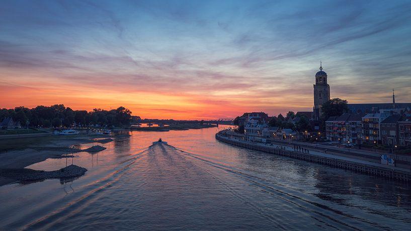 Bootsfahrten auf der IJssel entlang der Skyline von Deventer von Karla Leeftink