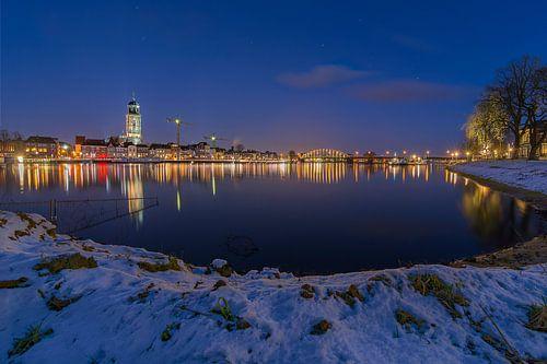 Deventer (Blauwe uur) met een uitzicht op de Welle en de Grote of Lebuinuskerk