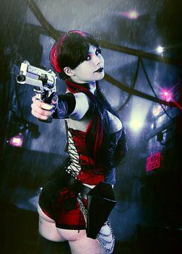 Harley Quinn sexy cosplay met zwarte lippen en  pistool van Atelier Liesjes
