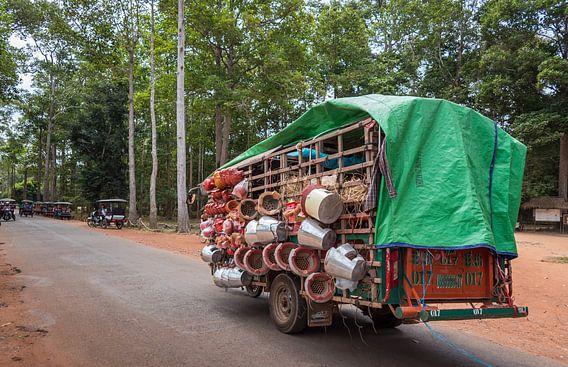 Transport over de weg, Cambodja van Rietje Bulthuis