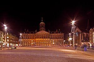 Paleis op de Dam in Amsterdam bij nacht in Nederland van