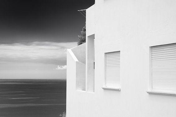 Zeezicht witte huis van Jan Brons