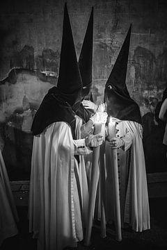 Leden van een broederschap in conclaaf tijdens een processie  in de semana santa in Sevilla. Wout Ko sur Wout Kok