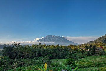 Zonsopkomst Bali met uitzicht op de Agung vulkaan , Indonesië van Tjeerd Kruse