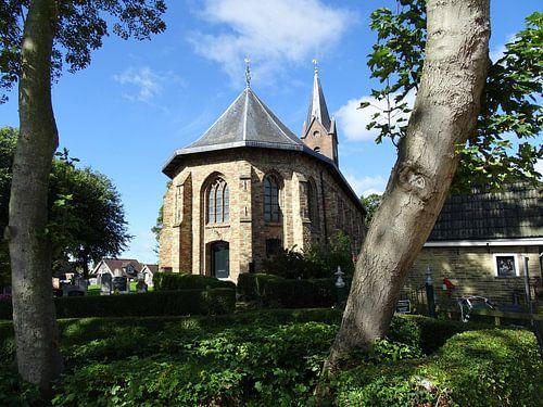 Oude kerk met kerkhof in Fryslan tussen het groen