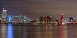De skyline van Rotterdam met de verlichte bruggen van