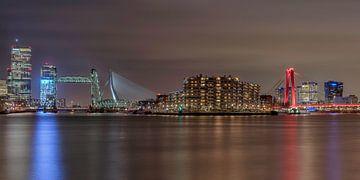 Die Skyline von Rotterdam mit den beleuchteten Brücken