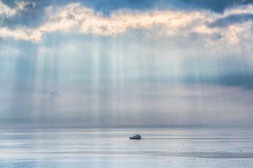 Licht gordijn op het IJsselmeer met een klein bootje van