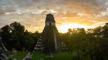 Zonsopkomst boven Maya tempel van