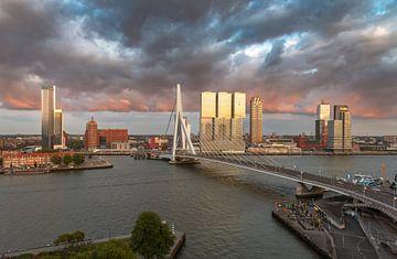 Dreigende lucht boven Rotterdam voor zonsondergang van Arisca van 't Hof