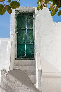 Grüne Tür am oberen Ende einer Treppe von Jan de Vries
